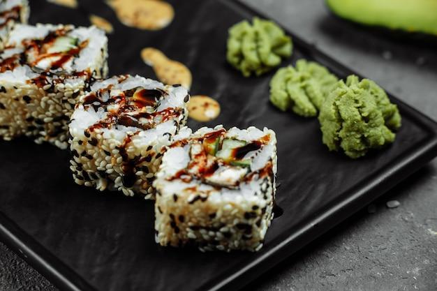 California roll sushi met gerookte paling, komkommer, avocado. sushimenu. japans eten.