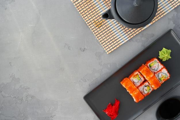 California sushibroodje dat op grijze hoogste mening als achtergrond wordt gediend