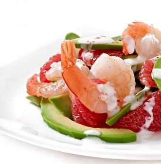 Californische salade - een mix van avocado, grapefruit en garnalen, gekruid met cayennepeperyoghurt