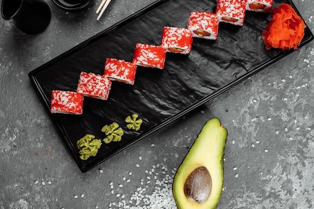 Californische sushi-stijlbroodjes, met rauwe groenten, voedselgrensachtergrond.