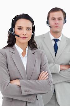 Call center agenten met headsets en armen gevouwen