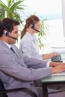 Call center agenten werken naast elkaar