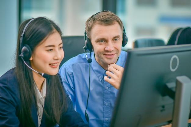 Call center met behulp van hoofdtelefoon contractcommunicatie met klant