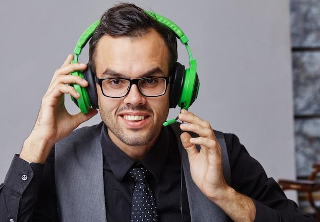 Call center operator man met headsets werken.