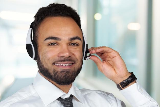 Call center operator man met hoofdtelefoons werken