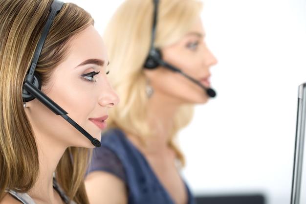 Call center operators op het werk. hulp en ondersteuning concept