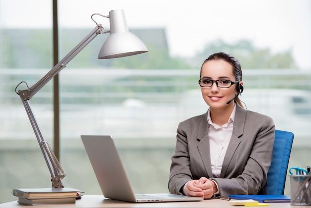 Call centreexploitant die bij haar bureau werkt