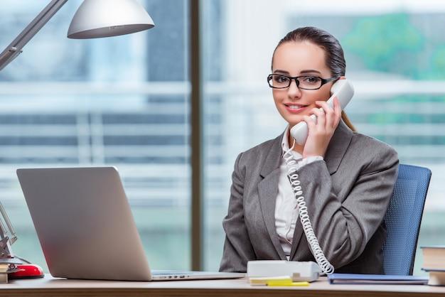 Call centreexploitant in bedrijfsconcept