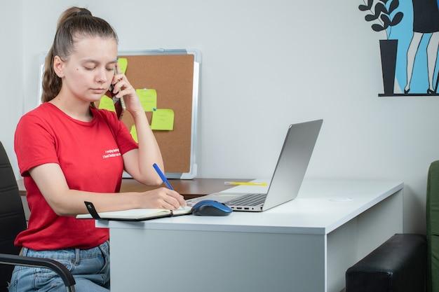 Callcenter-operator die telefoontjes voert met klanten