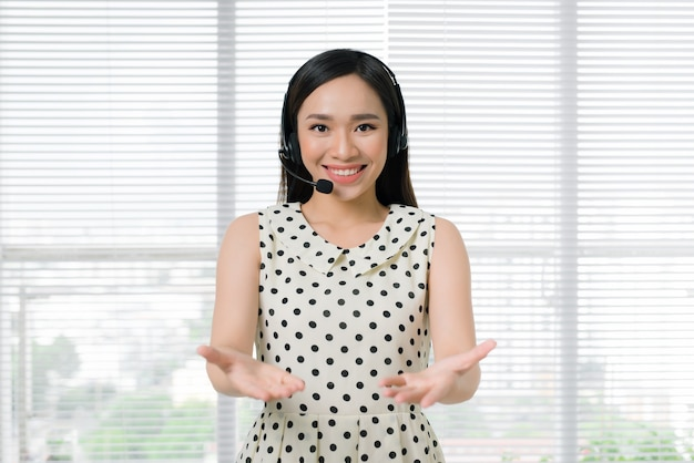 Callcenter operators. jonge mooie aziatische vrouw in hoofdtelefoon