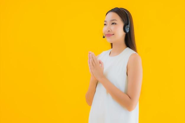 Callcenter van de portret het mooie jonge aziatische vrouw voor hulp