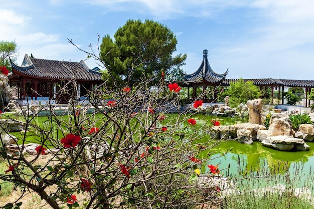 Calm garden traditionele chinese architectuur met stenen beeldentuin en meer in malta