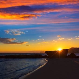 Calpe alicante-zonsondergang bij strand cantal roig in spanje