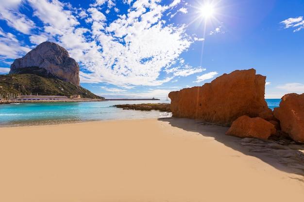 Calpe playa cantal roig strand in de buurt van penon ifach alicante