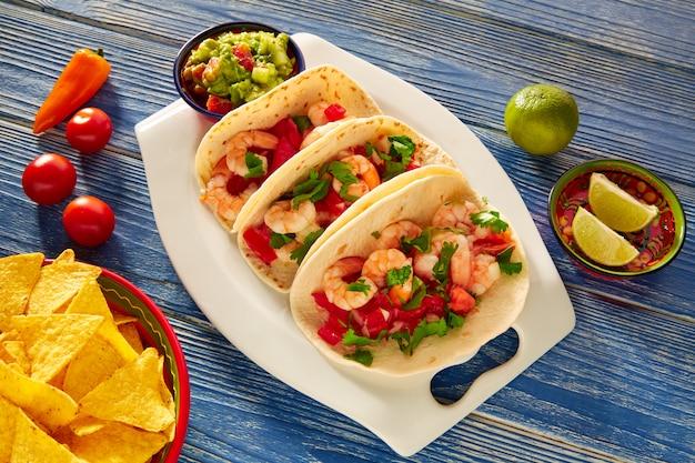Camaron garnalen taco's mexicaans eten op blauw