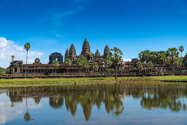 Cambodja, de oude tempel van angkor wat. uitzicht op de hoofdingang.