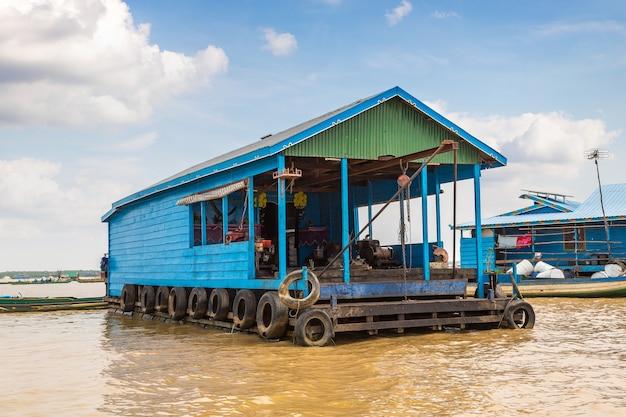 Cambodja, het drijvende dorp chong khneas in de buurt van siem reap