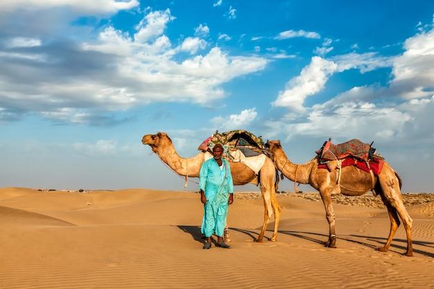 Cameleer kameel chauffeur met kamelen in rajasthan, india