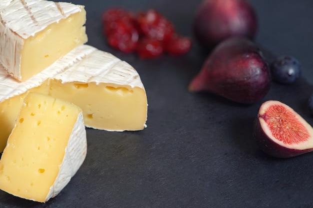 Camembert kaas met vijgen en bosbessen op houten achtergrond