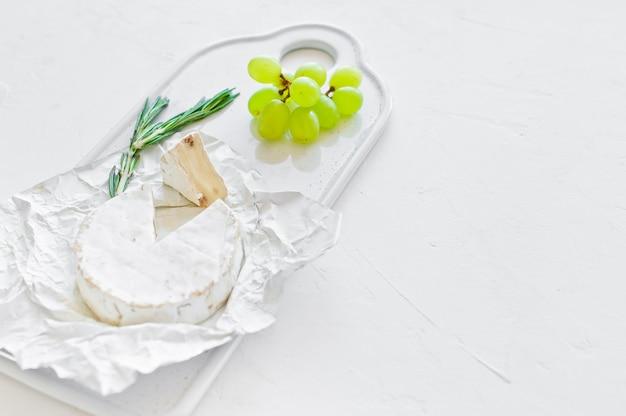 Camembert kaas op een witte snijplank