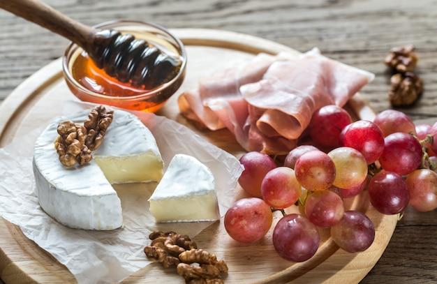 Camembertkaas met noten en prosciutto