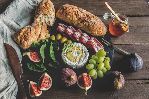 Camembertkaas, vijgen, prosciutto, honing en zelfgebakken brood