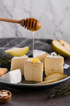 Camembertplakken met peer en honing