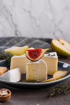 Camembertplakken met peer en vijg