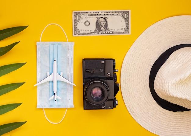 Camera, geld, masker, vergrootglas, vliegtuigen, problemen met reizen door covid-19