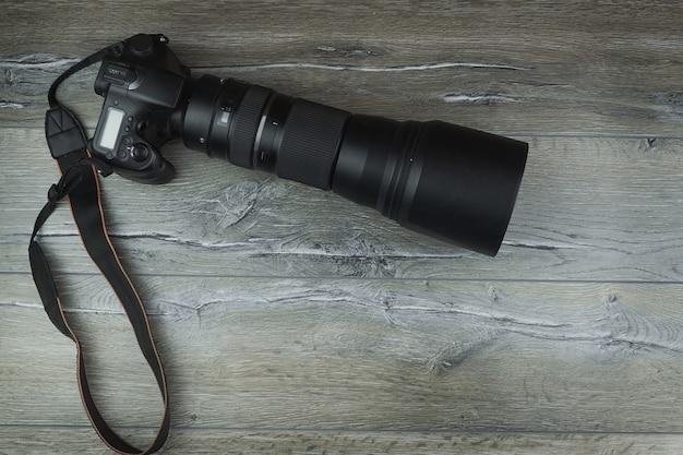 Camera op een houten achtergrond