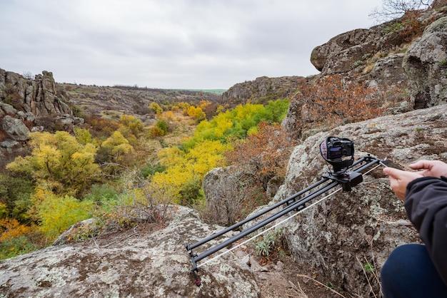 Camera op slider shots beelden van prachtige heuvels bedekt met herfstbomen in de karpaten