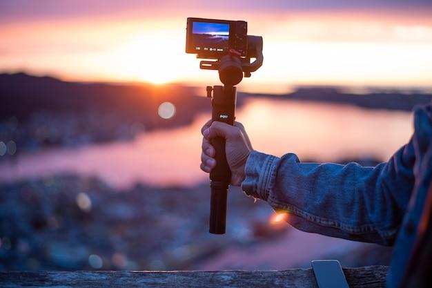 Camera op stabilisator neemt prachtig uitzicht op bij schemering