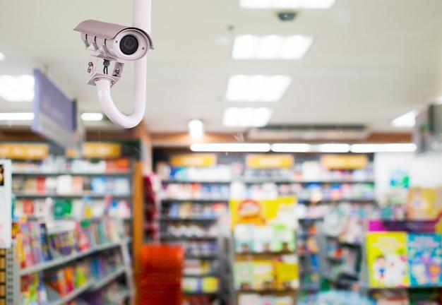 Camera's met gesloten circuit (cctv) in de straten van de grote stad