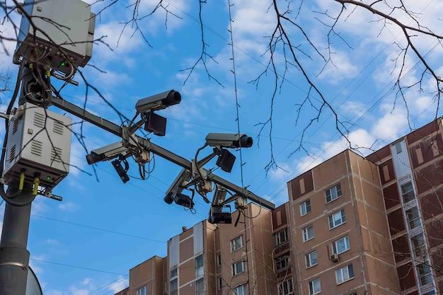 Camera's voor het volgen van wegen en rijstroken hangen boven de rijbaan tegen de blauwe lucht