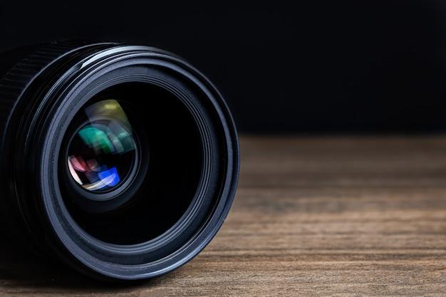 Cameralens op een houten vloer
