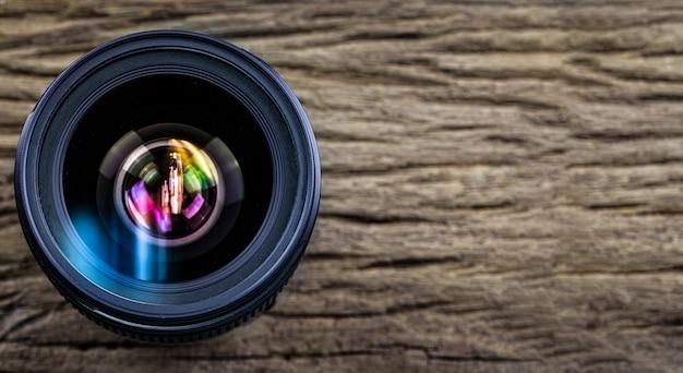 Cameralens op houten korrelachtergrond