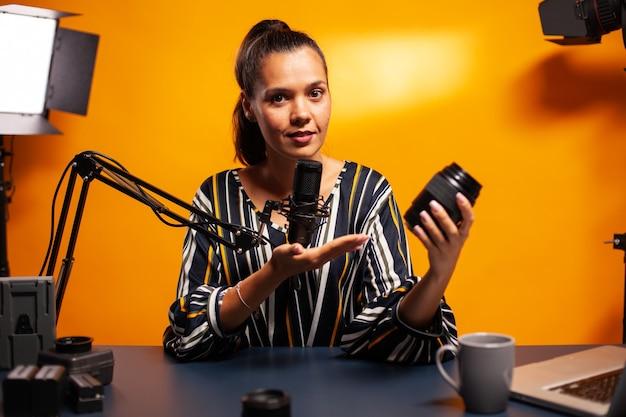 Cameralens presenteren en testen tijdens vlog in thuisstudio