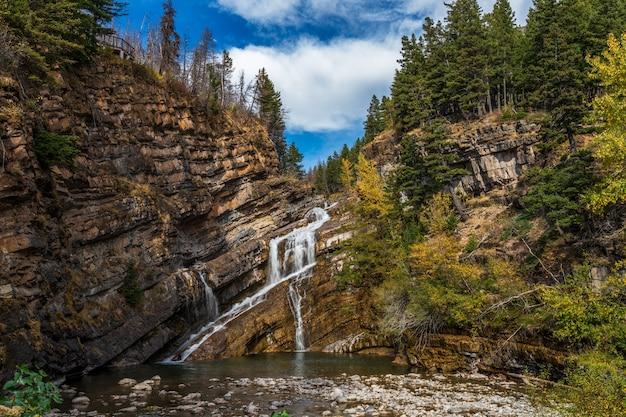Cameron valt in de ochtend van de herfst zonnige dag. waterton lakes national park, alberta, canada.
