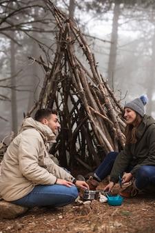 Camper leven concept met mensen in de natuur