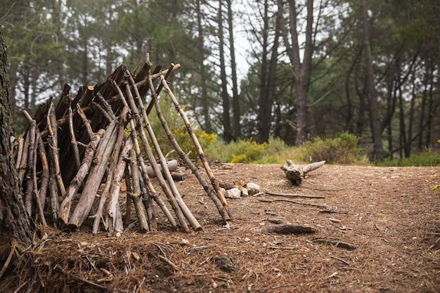 Camper leven concept met takken onderdak
