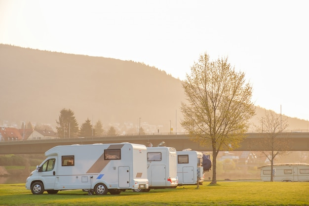 Camper op de camping op een zomerse dag