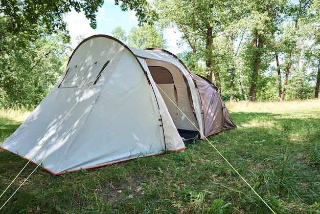 Campimg tent in dennenbos in zomerdag. toeristisch kamp