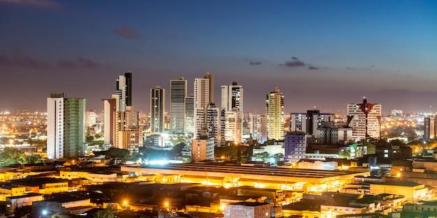 Campina grande paraiba brazilië nachtzicht op de stad met moderne gebouwen