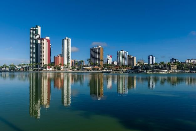Campina grande paraiba brazilië oude dam en gebouwen