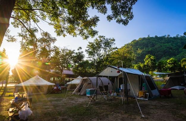 Camping en tent in natuurpark met zonsopgang