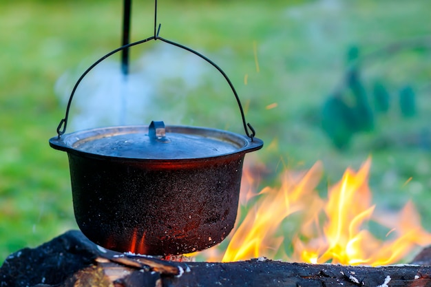 Campingkeukengerei - pot op het vuur op een buitencamping