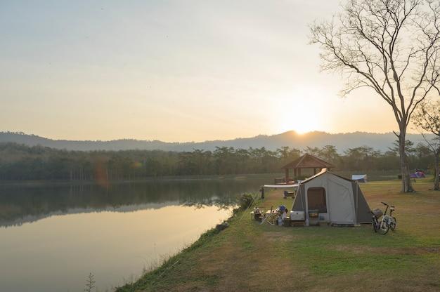 Campingtent in de buurt van de rivier in de ochtend