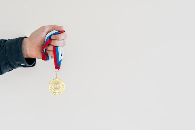 Campion-hand met een gouden medaille, eenvoudig winnaars gelukkig concept