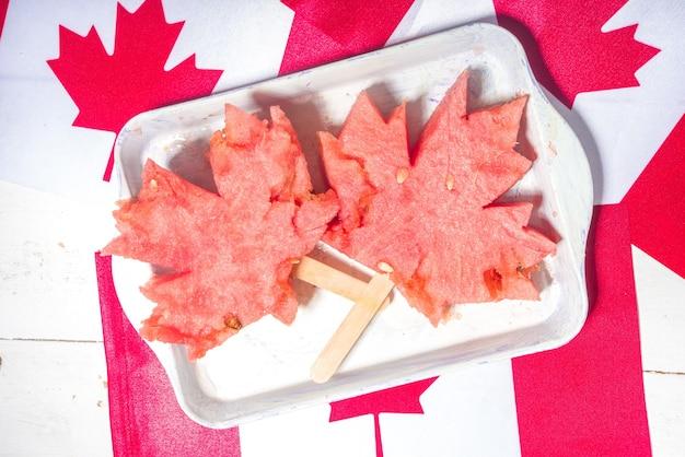 Canada day-concept, traditioneel esdoornblad gemaakt van watermeloenplakken