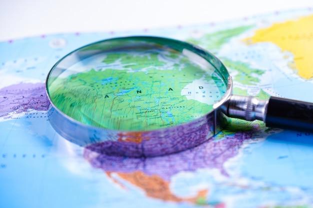 Canada: vergrootglas met kaart van wereldhandschoenen.